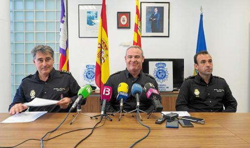 El comisario de Ibiza, Manuel Hernández, (I) el jefe regional de Operaciones, José Luis Santafé (C), y el jefe de la UDEV, Fernando García .