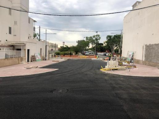 Se ha mejorado la pavimentación de la sección completa del vial, incluyendo calzada y aceras adaptadas