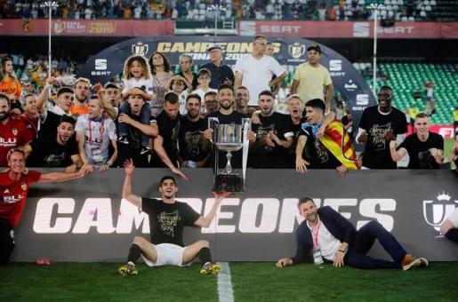 El Valencia borda su centenario quitando la corona al Barça.