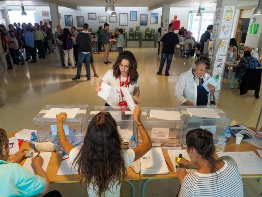 Ciudadana ejerciendo su derecho al voto en Can Raspalls. Foto M. SASTRE