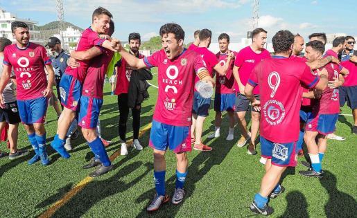 Los jugadores del Portmany celebran la victoria al término del partido.
