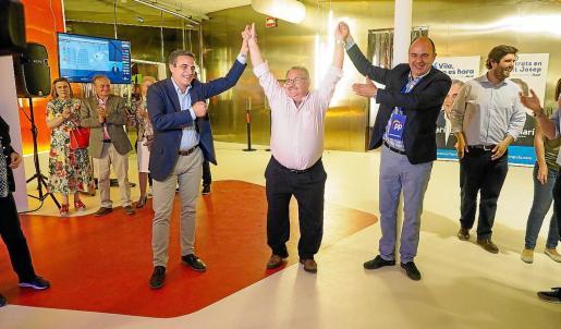 José Vicente Marí Bosó, 'Carraca' y Vicent Marí celebrando ayer la victoria.