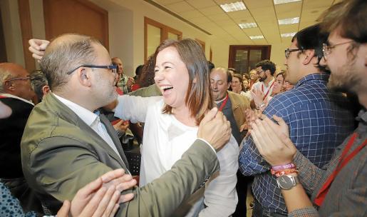 En la imagen, el senador Cosme Bonet abraza a una sonriente Armengol.