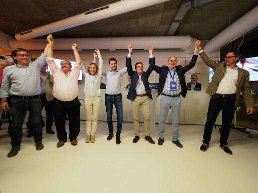Los candidatos del PP celebran su victoria. Foto MARCELO SASTRE.