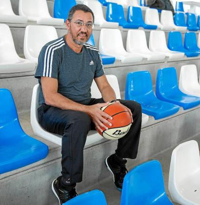 Pablo Esper posa con un balón en las gradas del polideportivo de Can Guerxo.