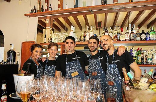Elizabeth Collino, José Rivas, Pau y Marc Mora, y el coctelero Juan Llinás.