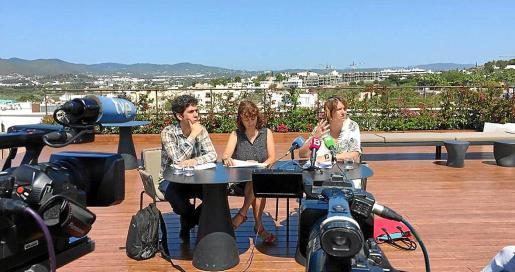 Desde la izquierda: Juan Calvo, Sandra Benbeniste y Marta Pérez durante la rueda de prensa.