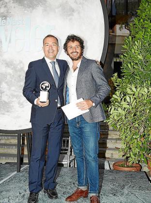 Raúl Sierra (izquierda), general manager de Ibiza Gran Hotel, recogió el premio al mejor resort de España.