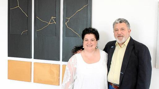La pintora y poeta ibicenca Josefina Torres posa el jueves en Binissalem con el comisario de la exposición Andreu Carles López junto a uno de sus cuadros.