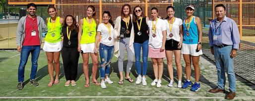 Varias integrantes del equipo femenino del Ibiza Pádel Indoor posan con sus medallas al término de la competición.