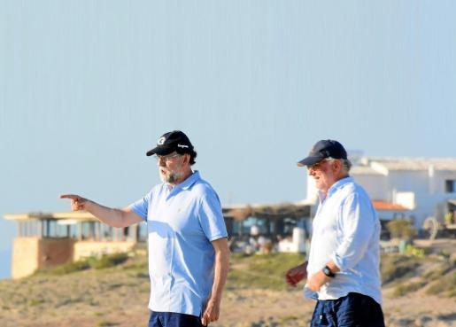 Mariano Rajoy junto a uno de sus amigos.