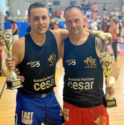 Óscar Cofrade y Daniel Martínez posan con sus trofeos al término de la competición, celebrada en Castelldefels.