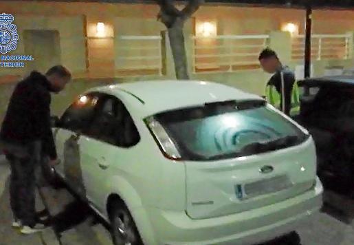 La Policía Nacional localizó y detuvo al cabecilla de la banda escondido en un coche que iba a utilizar horas después para huir de la isla en la que habría perpetrado cinco robos.