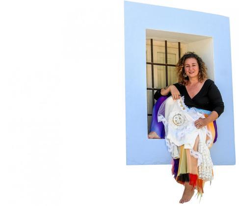 La diseñadora vallisoletana Natalia Martínez posó ayer en Santa Gertrudis para Periódico de Ibiza y Formentera mostrando algunas de sus creaciones