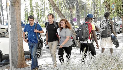 Iago Negueruela, Marc Pons y Pilar Costa, dirigiéndose este martes a la reunión con los equipos de Més y Podemos.