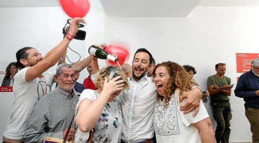 Imagen de la celebración socialista, con Rafa Ruiz a la cabeza, tras saberse ganador de las elecciones.