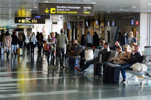 El tráfico de pasajeros nacionales descendió un 1,7% con 288.067 pasajeros
