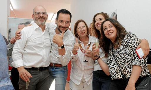 Alfonso Molina (izquierda), Rafa Ruiz, Montse García, Pilar Costa y Rosa Rubio, celebran la victoria del PSOE en las elecciones.