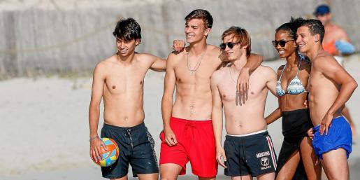 Imagen de la joven estrella del fútbol luso Joao Félix (I) junto a un grupo de amigos en Ibiza.