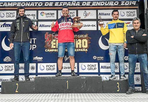 Adrià Costa, a la izquierda, en la segunda posición del podio de la prueba asturiana.
