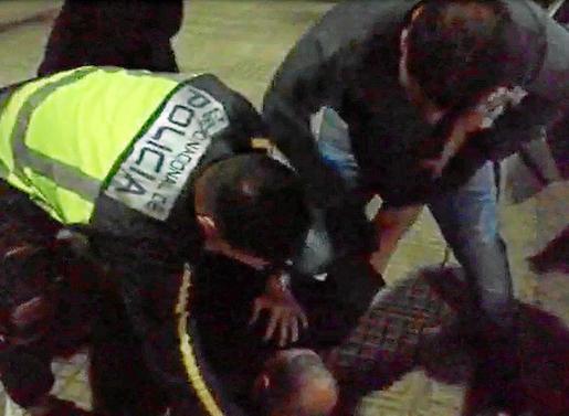 Momento en el que varios agentes de la Policía Nacional detenían al cabecilla de la banda.