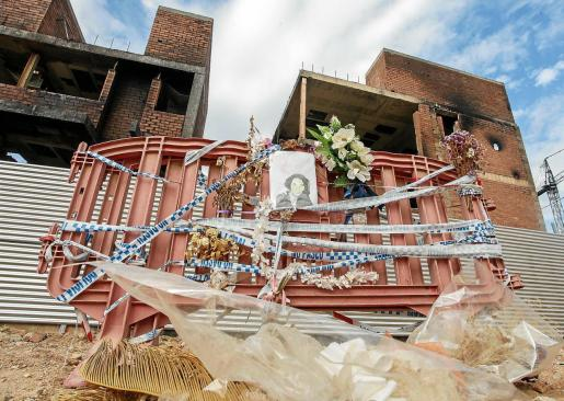 Un mes después, amigos de Rossanna todavía visitan a diario el pequeño homenaje a la víctima mortal de es Viver.