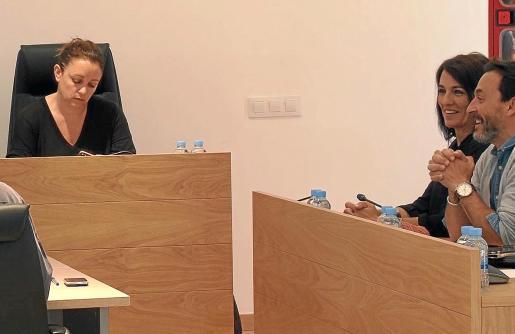 Alejandra Ferrer, con gesto serio, y Ana Juan, ayer, en el pleno del Consell de Formentera.