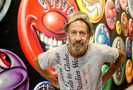 Kenny Scharf, junto a sus obras en La Nave Salinas.