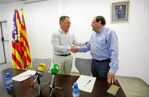 Josep Marí 'Agustinet' y Pere Ribas se dan la mano tras sellar el acuerdo entre PSOE y Unidas Podemos en Sant Josep.