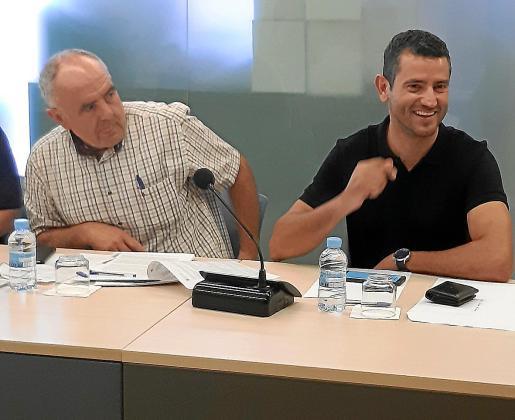 Joan Torres y Marcos Serra durante uno de los últimos plenos de la legislatura.