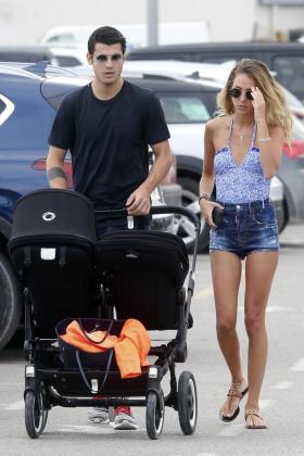 Álvaro Morata y la joven italiana Alice Campello pasearon por las calles de Ibiza con sus dos gemelos mostrándose muy enamorados en todo momento.