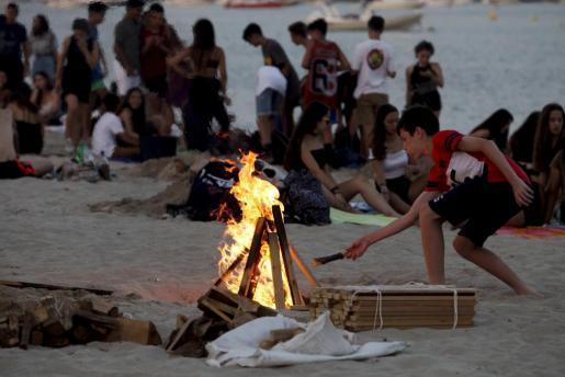 Sant Antoni recuerda la prohibición de encender hogueras en las playas.