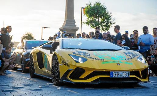 Los coches participantes se pudieron ver ayer en el puerto de Ibiza, donde despertaron la curiosidad de residentes y turistas, que no dudaron en fotografiarlos.
