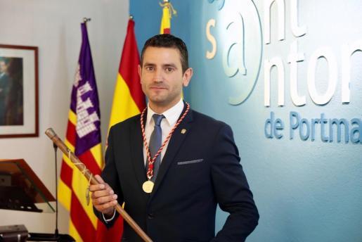 Marcos Serra con el bastón de mando