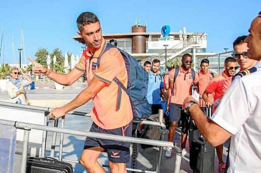 Garmendia se dispone a subir al barco en el inicio del viaje hasta tierras asturianas.