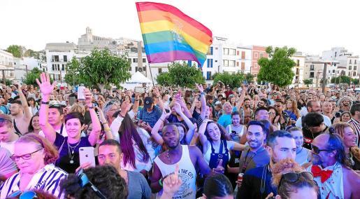El desfile acabó en es Martell, en el puerto de Ibiza, donde una multitud siguió la lectura de un manifiesto y hubo actuaciones musicales.