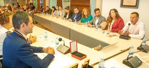 Simon Planells (PSOE-Reinicia), primero por la derecha, interviene en el pleno celebrado ayer en Sant Antoni.