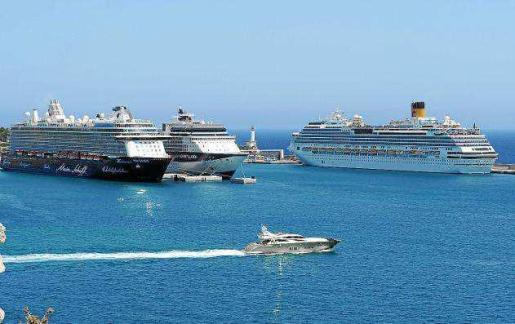 Imagen de archivo de varios cruceros atracados en el puerto de Ibiza