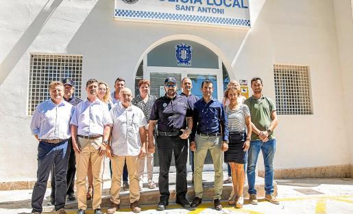 El alcalde Marcos Serra y varios concejales visitaron ayer el retén de la Policía Local de Sant Antoni.