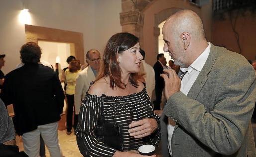 Ni Francina Armengol ni Miquel Ensenyat (ambos en la exposición conmemorativa de los 50 años de la galería Pelaires) participan en la negociación.