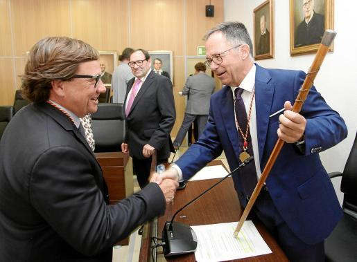 Josep Marí Ribas es felicitado por Javier Marí, del PP, ante la mirada de su socio de gobierno de Unidas Podemos, Pere Ribas.