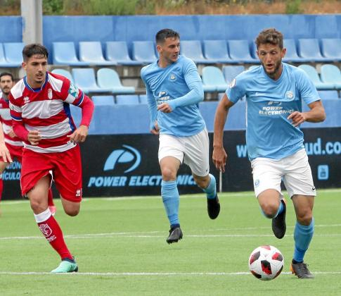 Núñez, con Rodado al fondo, conduce el balón durante el partido entre la UD Ibiza y el Granada B celebrado en Can Misses la temporada pasada.