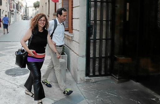 Pilar Costa y Marc Pons (que llevan con Iago Negueruela el peso de la negociación por el PSIB), a su llegada al Consolat de Mar, donde se celebró la última reunión y en la que participaron los líderes Francina Armengol y Miquel Ensenyat.