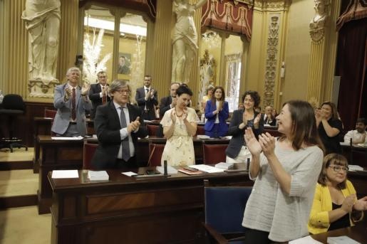 Vicenç Thomàs, aplaudido tras ser elegido presidente del Parlament.