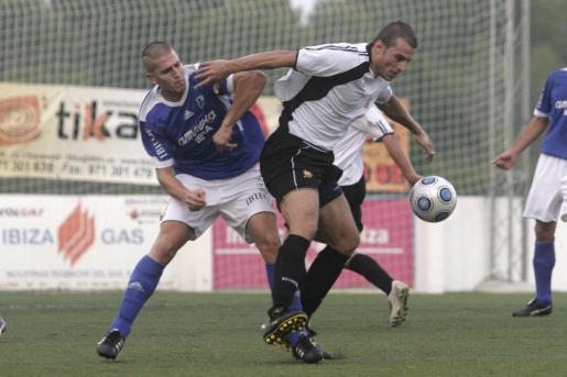 Pedro presiona a un jugador del Constància en el partido de la primera vuelta.