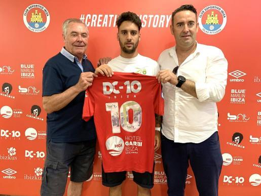 Toni 'Moreras', Cristian Terán y Sergio Tortosa posan con la camiseta del primer equipo.