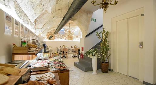 A la izquierda, una vista del sótano abovedado que conserva la arquitectura del siglo XVII.
