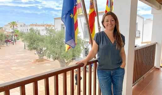 Alejandra Ferrer posa para 'Periódico de Ibiza y Formentera' en el balcón del Consell de Formentera.