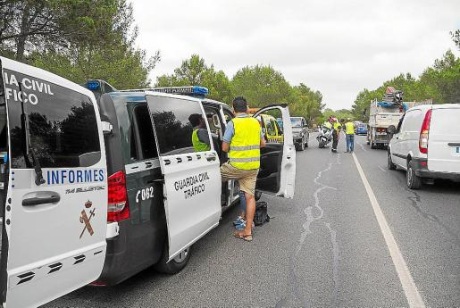 La Guardia Civil de Tráfico en el accidente mortal del viernes en Ibiza.