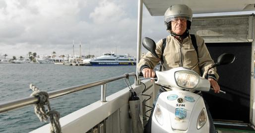 Las dificultades que le suponen moverse en transporte público en Formentera le obligaron a comprarse una motocicleta para ir desde el puerto hasta el instituto.